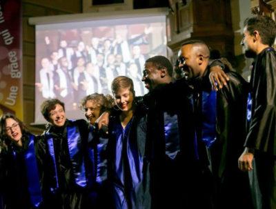 Les choristes et la chef de chœur saluent le public
